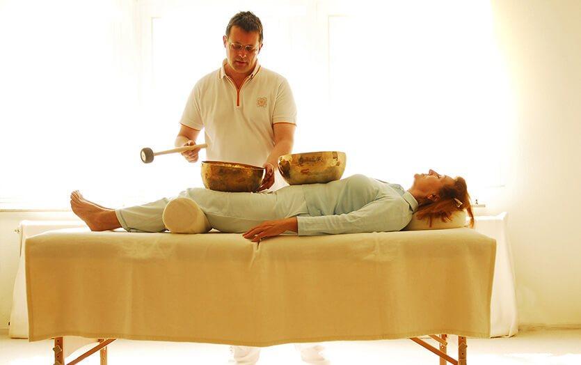 Frank Plate bei einer Klangschalen-Therapie mit auf den Körper aufgelegten Klangschalen